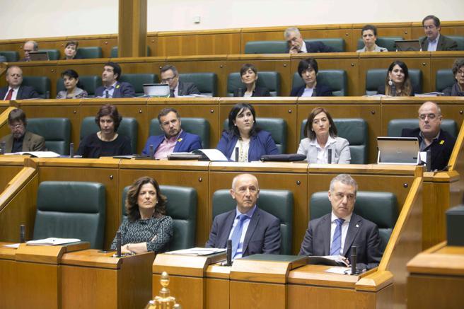 GRAF2746. El lehendakari Iñigo Urkullu, y el grupo parlamentario del PNV, durante el pleno de control del Parlamento vasco