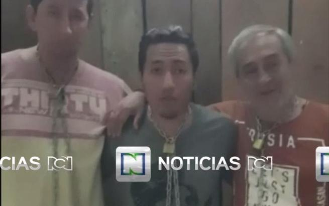 Fotograma de archivo del martes 3 de abril de 2018 de un video cedido por RCN que muestra al equipo periodístico del diario El Comercio secuestrado