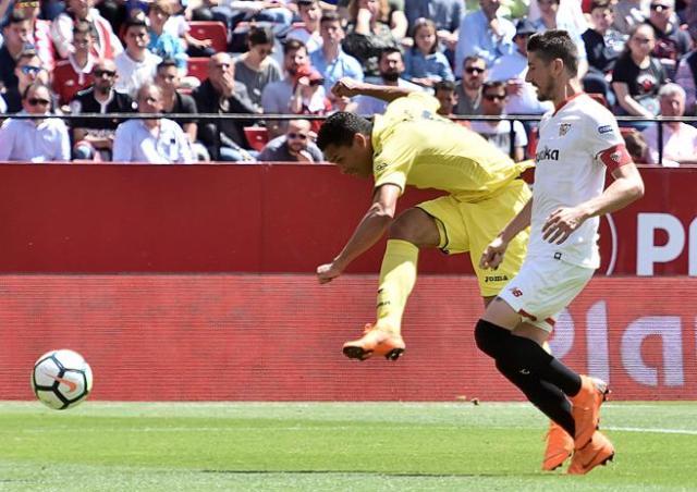 Carlos Bacca realiza un disparo ante el defensa del Sevilla Sergio Escudero,