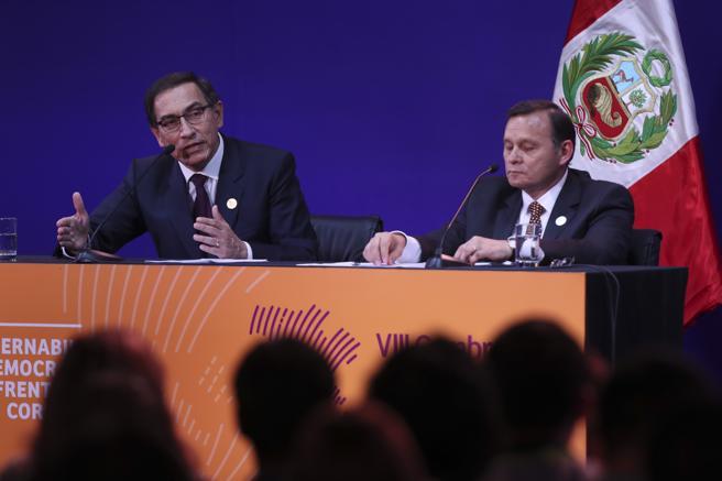 El presidente de Perú, Martín Vizcarra (i), y su ministro de Exteriores, Néstor Popolizio (d), en una rueda de prensa tras clausurar la VIII Cumbre de las Américas como nación anfitriona