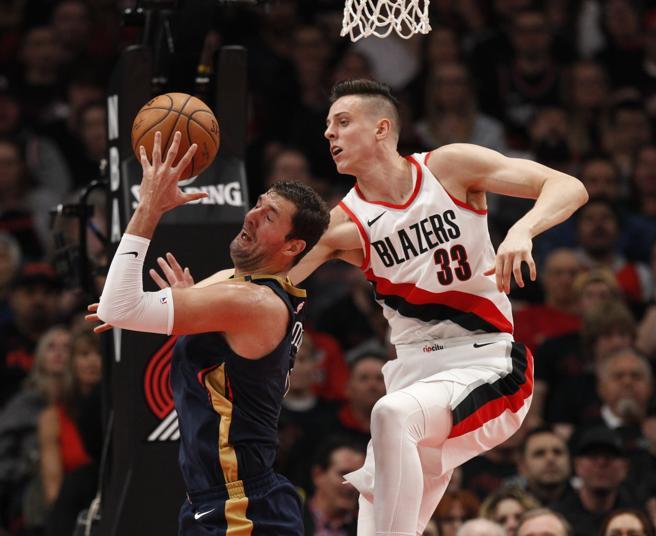 Nikola Mirotic recibe una falta de Zach Collins mientras intenta anotar en el primer partido de la serie entre Blazers y Pelicans