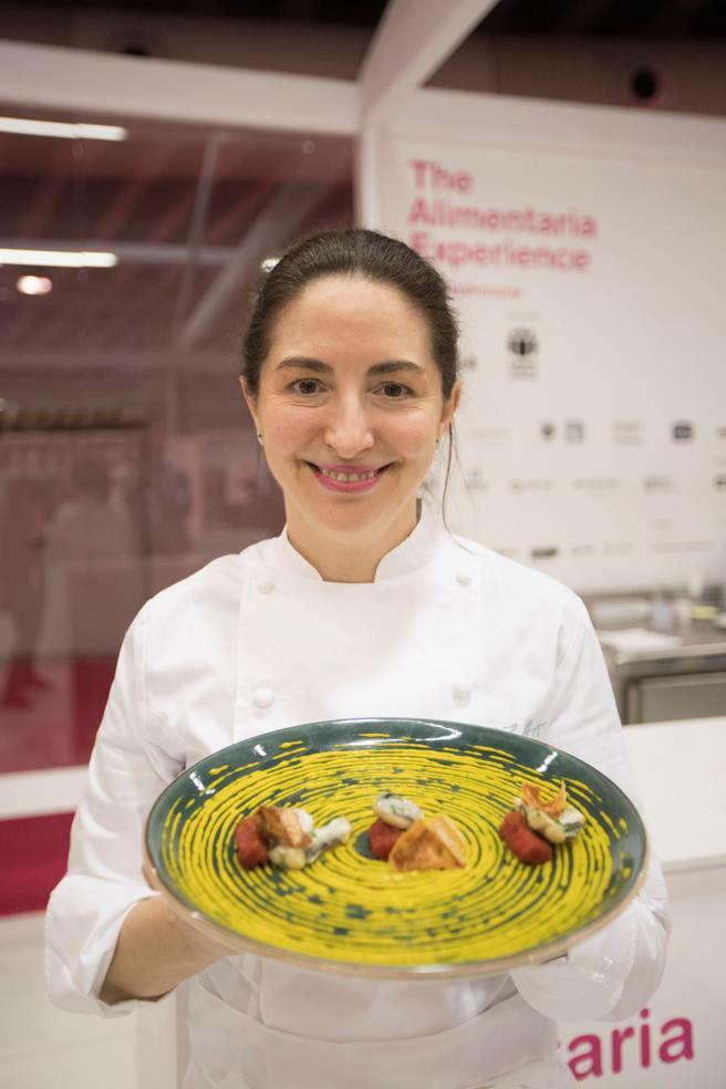 La cocinera Elena Arzak muestra un plato en el taller que ha ofrecido en el Salón Alimentaria