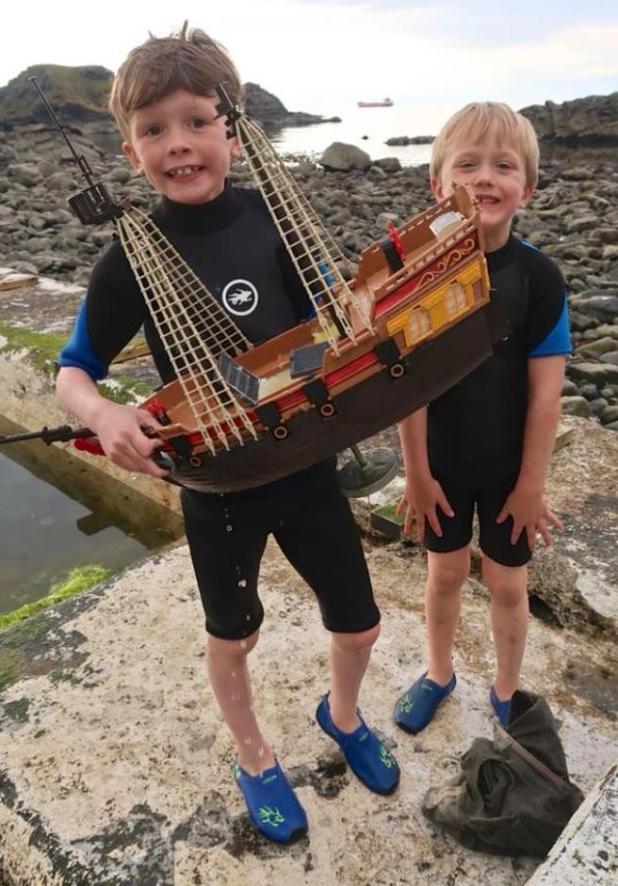 Ollie y Harry Ferguson, con su barco pirata
