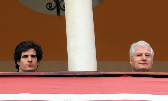 El Duque de Alba, Carlos Fitz James Stuart con su hijo Fernando Fitz James en el concurso de enganches con motivo de la Feria de Sevilla 2018 de Sevilla.