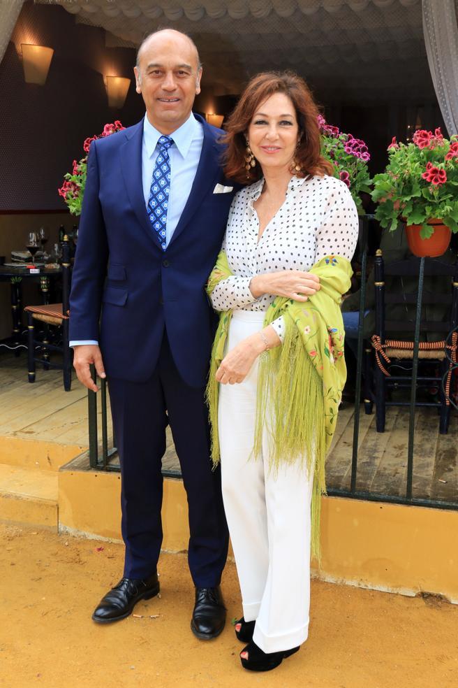 La periodista Ana Rosa Quintana y su marido Juan Muñoz durante la Feria de Abril de Sevilla. 15/04/2018