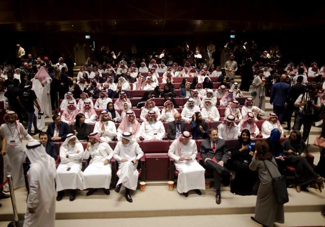 Asistentes a la inauguración del cine en Riad