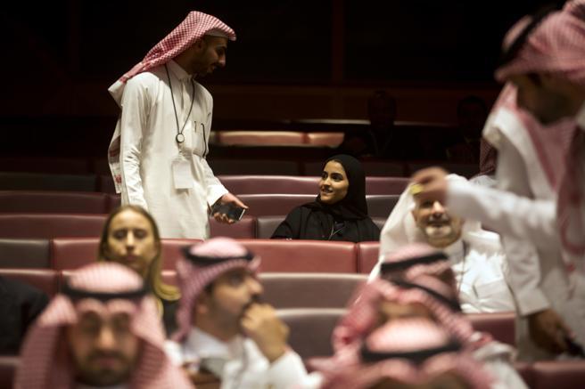 Dos jóvenes charlan momentos antes de la película