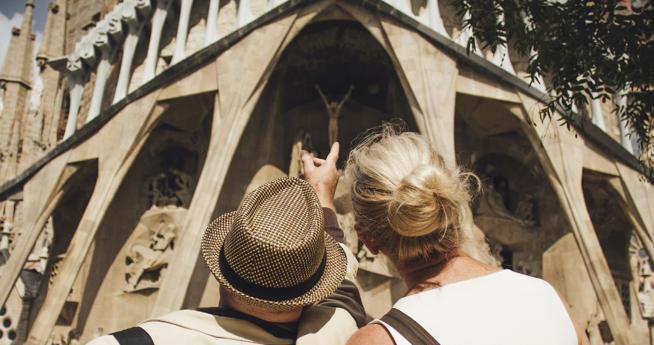 Un par de turistas frente a la Sagrada Familia de Barcelona