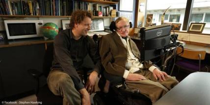 Pie: Los cosmólogos Thomas Hertog y Stephen Hawking, en Cambridge. Crédito: Thomas Hertog