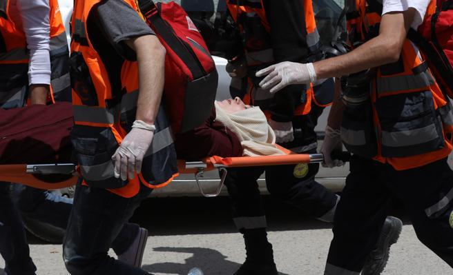 Una manifestante palestina herida es evacuada durante unas protestas en la ciudad cisjordana de Ramala