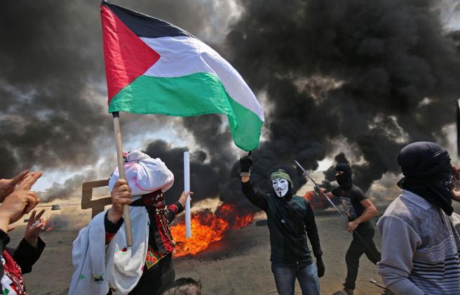 Manifestantes palestinos durante las protestas en Gaza