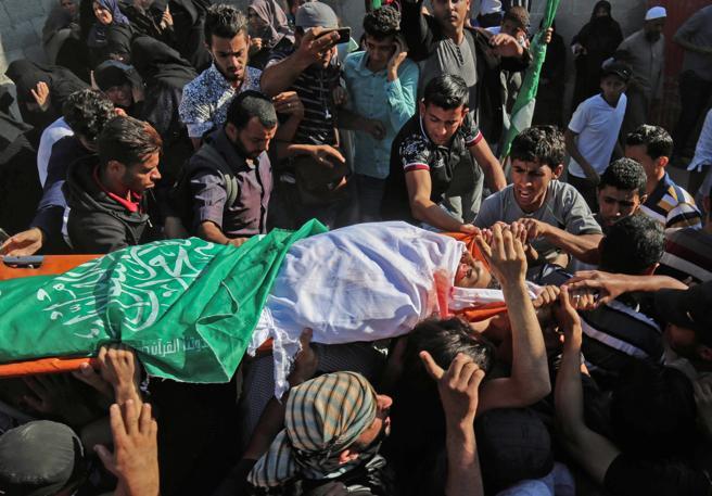 Amigos y familiares del palestino Mahmoud Abu Taima, asesinado durante las protestas en Gaza