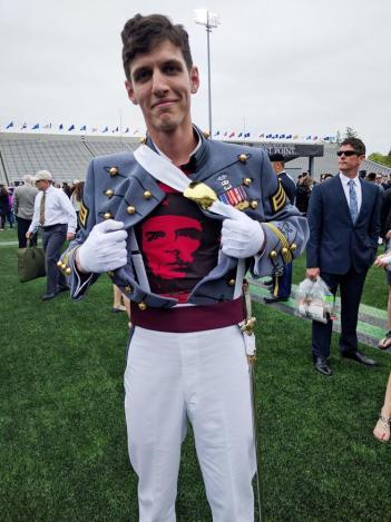 Spenser Rapone muestra su camiseta del Che Guevara durante su graduación en West Point