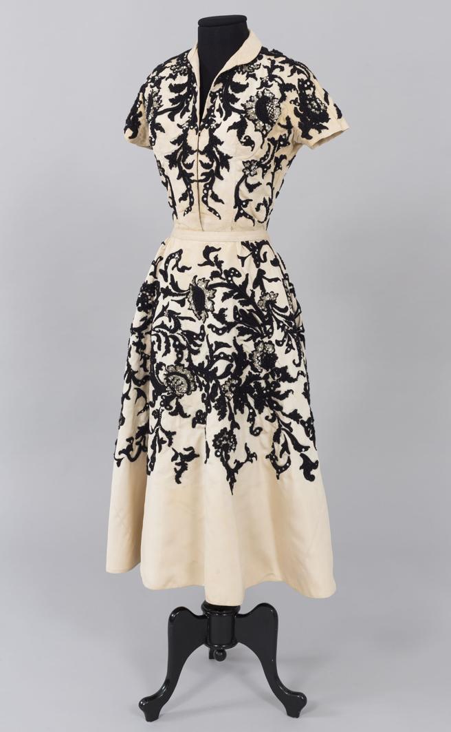 Conjunto de Christian Dior en seda, bordados y pedrería. El modisto fue también galerista, aunque la crisis de 1929 le obligó a cerrar en 1934 su establecimiento, donde había expuesto a Dalí en diferentes ocasiones.