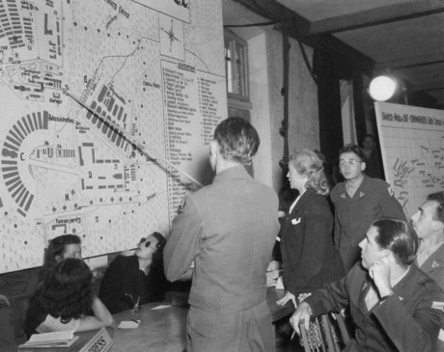 Ilse Koch señala dónde vivía en Buchenwald (Juicio Dachau, agosto 1947)