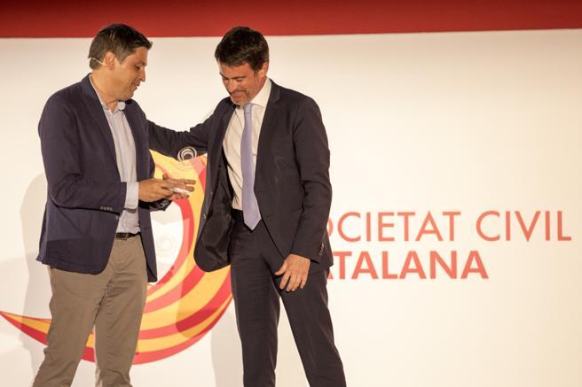Manuel Valls recibe un premio de Societat Civil Catalana