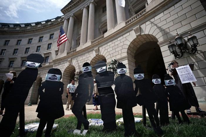 Instalación de protesta frente a la EPA formada por figuras de niños con máscaras quirúrgicas