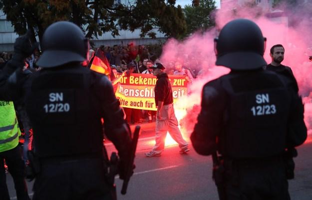 La policía antidisturbios toman sus posiciones frente a manifestantes de ultraderecha en Chemnitz
