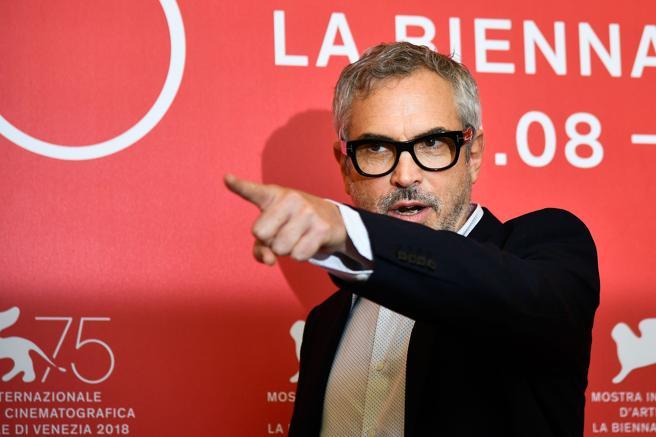 Alfonso Cuarón gesticula durante el photocall de 'Roma' en Venecia