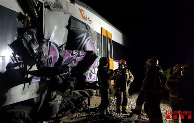 Un grupo de bomberos en uno de los trenes implicados en el choque frontal