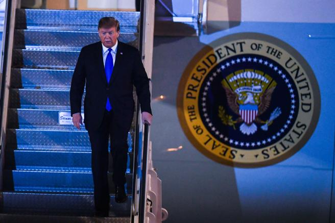 Donald Trump llegó en el Air Force One tras dos paradas para repostar en Inglaterra y Qatar