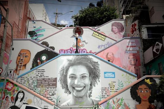 Un mural de diez metros de altura pintado por mujeres grafiteras y activistas, con la imagen de Marielle Franco, entre los edificios de un barrio de la ciudad de Sao Paulo