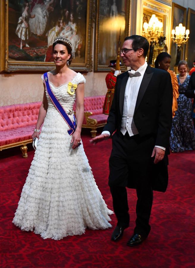 ARA1. LONDRES (REINO UNIDO), 03/06/2019.- La duquesa de Cambridge, Catalina (izq), y el secretario del Tesoro de los Estados Unidos, Steven Mnuchin (dcha), asisten este lunes a una cena de gala en el Palacio de Buckingham, en Londres (Reino Unido).
