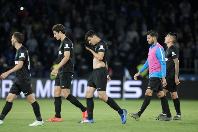 Les joueurs de Málaga quittent le terrain avec un visage sérieux