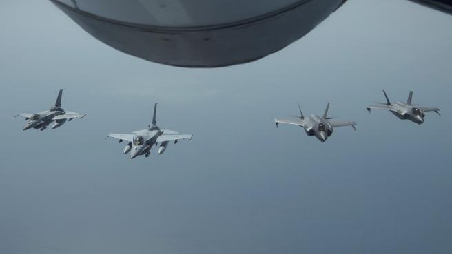 La s tensiones Washington-Teherán han motivado que en las últimas semanas se hayan enviado más fuerzas militares al golfo pérsico. En la foto, maniobras conjuntas recientes entre las fuerzas aéreas norteamericanas y saudíes.