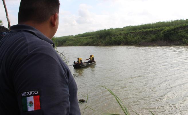 Un rescatista de la Protección Civil mexicana trabaja en la zona donde fueron hallados los cuerpos sin vida de un presunto migrante y su bebé