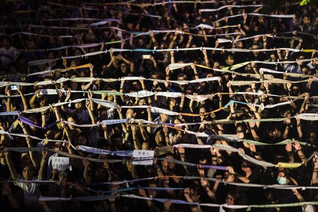 Las miles de manifestantes han ocupado una céntrica plaza de Hong Kong durante dos horas