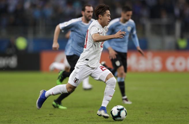 Abe impulsa el balón en el partido de la Copa América contra Uruguay.