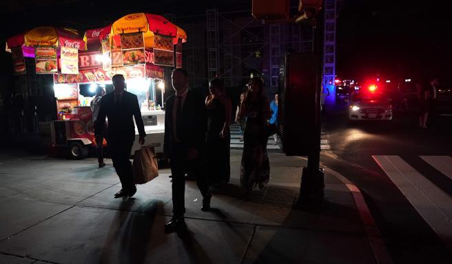 Gente caminando por las calles oscuras de Nueva York durante el apagón