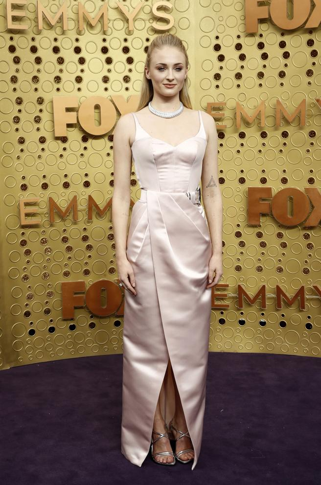 Sophie Turner en la alfombra roja de los premios Emmy 2019. EFE/EPA/ETIENNE LAURENT