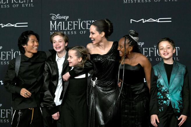Angelina Jolie with Pax, Shiloh, Vivienne, Zahara and Knox on the premiere of 'Maleficent: Mistress of evil' in Los Angeles