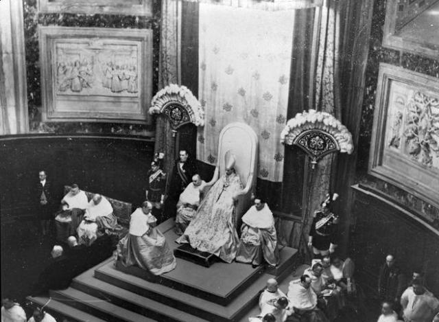 El cardenal auxiliando en un oficio al Papa Pío XII (1939).