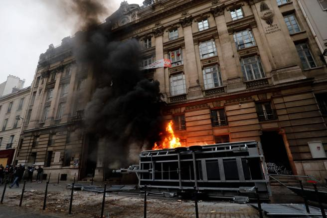 Los encapuchados han lanzado bengalas, provocado incendios y destrozado algunos escaparates