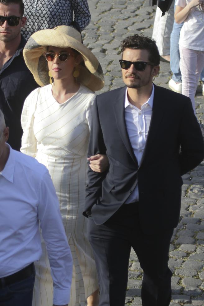 Singer Katy Perry and actor Orlando Bloom stroll through Rome.