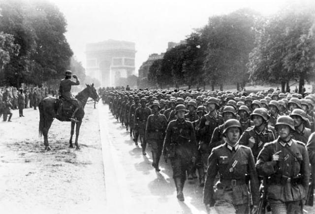 Soldados alemanes marchando cerca del Arco de Triunfo de París el 14 de junio de 1940 tras la caída de Francia.