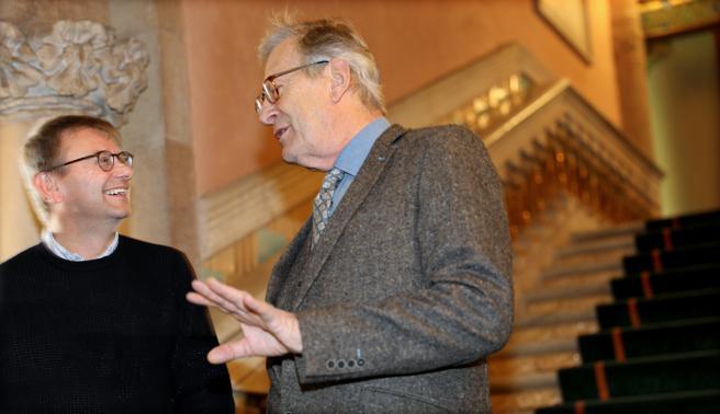 Simon Halsey, director de los coros del Palau de la Música, conversa con Sir John Eliot Gardiner antes del ensayo en la sala modernista. Dos ingleses al frente de una Novena de Beethoven con la que culmina esta integral completa de sinfonías, sumando las voces del Monteverdi Choir y las del Cor de Cambra del Palau