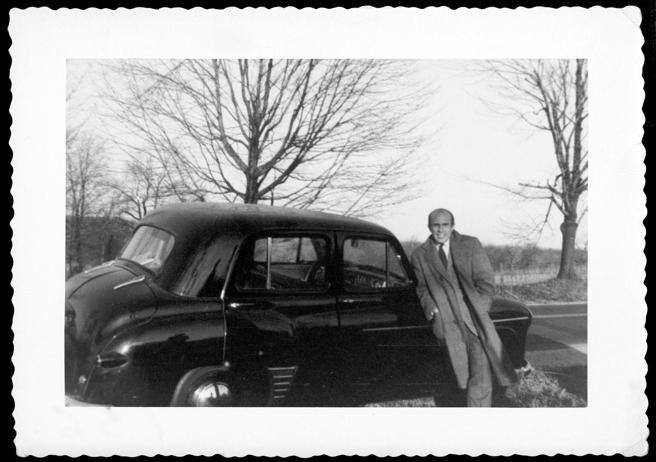 Jaime Salinas con su Hillman, en Sweet Briar College, 1952.