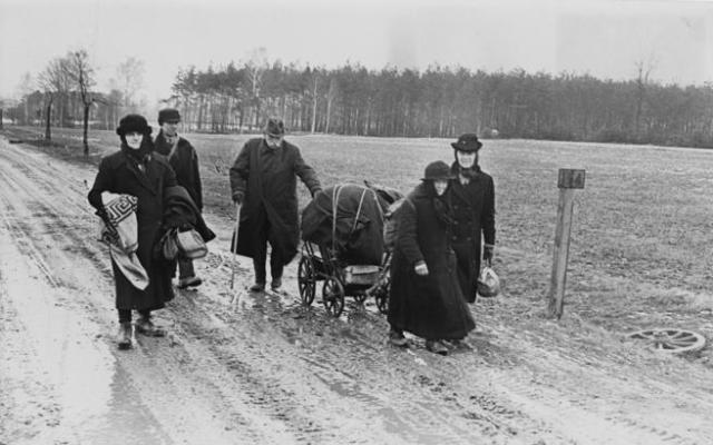 Un grupo de alemanes regresa a Berlín inmediatamente después del fin de la guerra