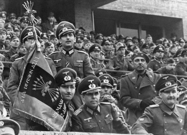 Miembros de la División Azul (con uniforme alemán) en un partido amistoso de fútbol entre España y Alemania en Berlín, en 1942