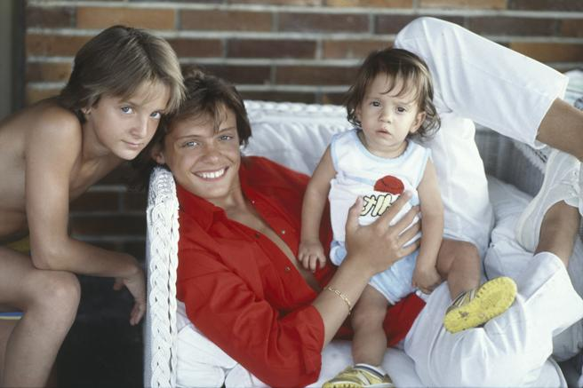 Luis Miguel Gallego Basteri, with his brothers, Alejandro and Sergio, in Italy, in 1985