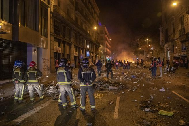 Los bomberos actúan durante los disturbios de octubre de 2019