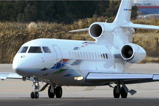 Corporate airplanes like this Falcon 7X from Volkswagen Air Services are protagonists of some infrequent flights that arrive or depart from the corporate terminal of El Prat