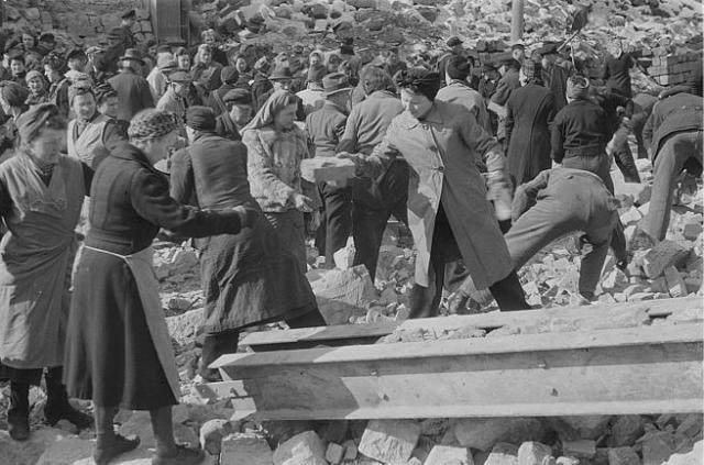 Trabajos de desescombro en Dresde en 1945.