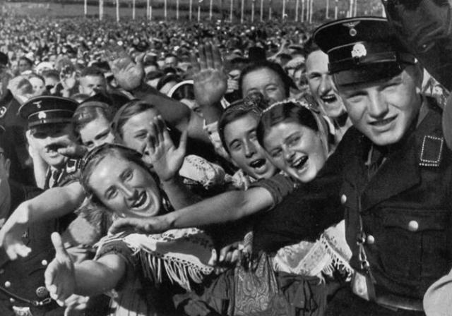 Agricultoras alemanas aclaman a Hitler en Buckeberg, en 1935