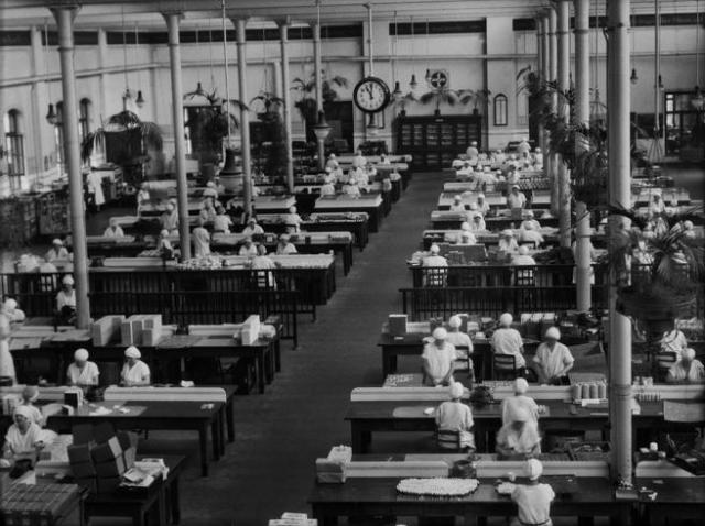 Trabajadores de una fábrica de Bayer, a finales de los años 20, empaquetando medicamentos