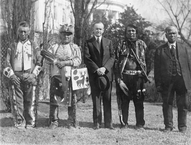 El presidente Calvin Coolidge, en 1924 con una delegación osage / Library of Congress